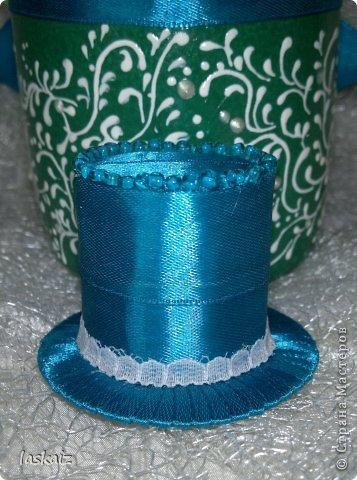 Добрый день всем,всем! Попросили сделать набор на свадьбу. Итог перед вами. Состоит из 4 бокалов,двух бутылок,большой свечи,двух маленьких, топиария,подсвечников и замочка. Теперь все по отдельности и с детальками)) фото 24