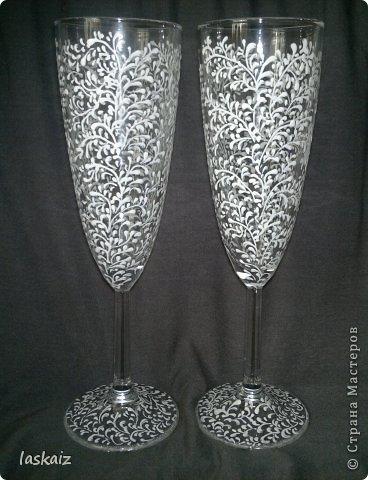Добрый день всем,всем! Попросили сделать набор на свадьбу. Итог перед вами. Состоит из 4 бокалов,двух бутылок,большой свечи,двух маленьких, топиария,подсвечников и замочка. Теперь все по отдельности и с детальками)) фото 32