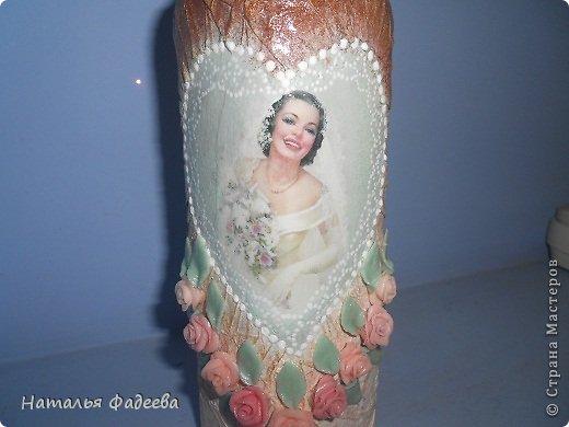 Знакомая попросила украсить бутылку в подарок на свадьбу. Очень долго думала как обыграть ее квадратную форму и вот что из этого вышло. фото 2