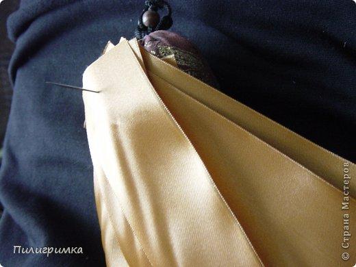 Представляю вашему вниманию МК по изготовлению волос из атласной ленты. Для работы нам понадобятся: 1.Атласная лента (длиной от трех до пяти метров, в зависимости от размера головы куклы и длины ее волос) 2.Линейка 3.Ножницы 4.Палочки для суши 6. Нитки для вязания под цвет атласной ленты 7.Утюг 8.Кастрюля для варки заготовок. Хотя в Интернете есть много МК по изготовлению волос из атласной ленты, я все-таки решила поделиться и своими наработками. Главное в моем МК то, что волосы я пришиваю не к голове, а к шапочке, которую вяжу крючком из ниток близких по цвету к окрасу ленты. Получается паричок, который можно при необходимости заменить на другой. Кроме того, волосы, изготовленные по моему способу, можно укладывать в высокие прически. фото 4