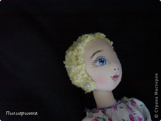 Представляю вашему вниманию МК по изготовлению волос из атласной ленты. Для работы нам понадобятся: 1.Атласная лента (длиной от трех до пяти метров, в зависимости от размера головы куклы и длины ее волос) 2.Линейка 3.Ножницы 4.Палочки для суши 6. Нитки для вязания под цвет атласной ленты 7.Утюг 8.Кастрюля для варки заготовок. Хотя в Интернете есть много МК по изготовлению волос из атласной ленты, я все-таки решила поделиться и своими наработками. Главное в моем МК то, что волосы я пришиваю не к голове, а к шапочке, которую вяжу крючком из ниток близких по цвету к окрасу ленты. Получается паричок, который можно при необходимости заменить на другой. Кроме того, волосы, изготовленные по моему способу, можно укладывать в высокие прически. фото 8