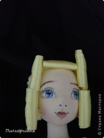 Представляю вашему вниманию МК по изготовлению волос из атласной ленты. Для работы нам понадобятся: 1.Атласная лента (длиной от трех до пяти метров, в зависимости от размера головы куклы и длины ее волос) 2.Линейка 3.Ножницы 4.Палочки для суши 6. Нитки для вязания под цвет атласной ленты 7.Утюг 8.Кастрюля для варки заготовок. Хотя в Интернете есть много МК по изготовлению волос из атласной ленты, я все-таки решила поделиться и своими наработками. Главное в моем МК то, что волосы я пришиваю не к голове, а к шапочке, которую вяжу крючком из ниток близких по цвету к окрасу ленты. Получается паричок, который можно при необходимости заменить на другой. Кроме того, волосы, изготовленные по моему способу, можно укладывать в высокие прически. фото 10