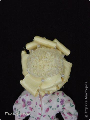 Представляю вашему вниманию МК по изготовлению волос из атласной ленты. Для работы нам понадобятся: 1.Атласная лента (длиной от трех до пяти метров, в зависимости от размера головы куклы и длины ее волос) 2.Линейка 3.Ножницы 4.Палочки для суши 6. Нитки для вязания под цвет атласной ленты 7.Утюг 8.Кастрюля для варки заготовок. Хотя в Интернете есть много МК по изготовлению волос из атласной ленты, я все-таки решила поделиться и своими наработками. Главное в моем МК то, что волосы я пришиваю не к голове, а к шапочке, которую вяжу крючком из ниток близких по цвету к окрасу ленты. Получается паричок, который можно при необходимости заменить на другой. Кроме того, волосы, изготовленные по моему способу, можно укладывать в высокие прически. фото 11