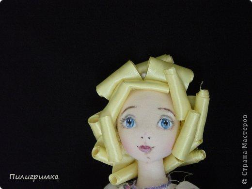 Представляю вашему вниманию МК по изготовлению волос из атласной ленты. Для работы нам понадобятся: 1.Атласная лента (длиной от трех до пяти метров, в зависимости от размера головы куклы и длины ее волос) 2.Линейка 3.Ножницы 4.Палочки для суши 6. Нитки для вязания под цвет атласной ленты 7.Утюг 8.Кастрюля для варки заготовок. Хотя в Интернете есть много МК по изготовлению волос из атласной ленты, я все-таки решила поделиться и своими наработками. Главное в моем МК то, что волосы я пришиваю не к голове, а к шапочке, которую вяжу крючком из ниток близких по цвету к окрасу ленты. Получается паричок, который можно при необходимости заменить на другой. Кроме того, волосы, изготовленные по моему способу, можно укладывать в высокие прически. фото 13