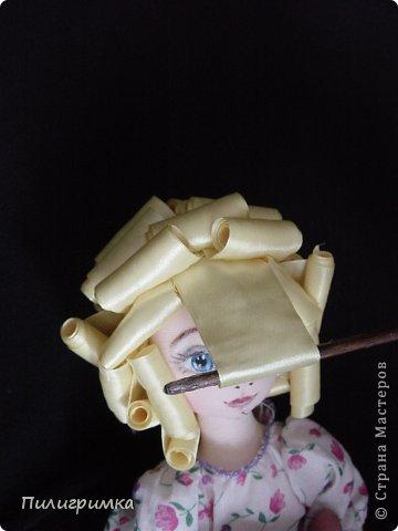 Представляю вашему вниманию МК по изготовлению волос из атласной ленты. Для работы нам понадобятся: 1.Атласная лента (длиной от трех до пяти метров, в зависимости от размера головы куклы и длины ее волос) 2.Линейка 3.Ножницы 4.Палочки для суши 6. Нитки для вязания под цвет атласной ленты 7.Утюг 8.Кастрюля для варки заготовок. Хотя в Интернете есть много МК по изготовлению волос из атласной ленты, я все-таки решила поделиться и своими наработками. Главное в моем МК то, что волосы я пришиваю не к голове, а к шапочке, которую вяжу крючком из ниток близких по цвету к окрасу ленты. Получается паричок, который можно при необходимости заменить на другой. Кроме того, волосы, изготовленные по моему способу, можно укладывать в высокие прически. фото 14