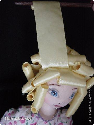 Представляю вашему вниманию МК по изготовлению волос из атласной ленты. Для работы нам понадобятся: 1.Атласная лента (длиной от трех до пяти метров, в зависимости от размера головы куклы и длины ее волос) 2.Линейка 3.Ножницы 4.Палочки для суши 6. Нитки для вязания под цвет атласной ленты 7.Утюг 8.Кастрюля для варки заготовок. Хотя в Интернете есть много МК по изготовлению волос из атласной ленты, я все-таки решила поделиться и своими наработками. Главное в моем МК то, что волосы я пришиваю не к голове, а к шапочке, которую вяжу крючком из ниток близких по цвету к окрасу ленты. Получается паричок, который можно при необходимости заменить на другой. Кроме того, волосы, изготовленные по моему способу, можно укладывать в высокие прически. фото 15