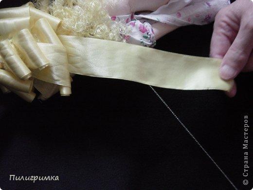 Представляю вашему вниманию МК по изготовлению волос из атласной ленты. Для работы нам понадобятся: 1.Атласная лента (длиной от трех до пяти метров, в зависимости от размера головы куклы и длины ее волос) 2.Линейка 3.Ножницы 4.Палочки для суши 6. Нитки для вязания под цвет атласной ленты 7.Утюг 8.Кастрюля для варки заготовок. Хотя в Интернете есть много МК по изготовлению волос из атласной ленты, я все-таки решила поделиться и своими наработками. Главное в моем МК то, что волосы я пришиваю не к голове, а к шапочке, которую вяжу крючком из ниток близких по цвету к окрасу ленты. Получается паричок, который можно при необходимости заменить на другой. Кроме того, волосы, изготовленные по моему способу, можно укладывать в высокие прически. фото 19