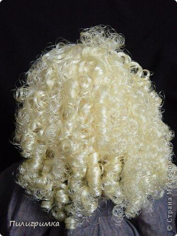 Представляю вашему вниманию МК по изготовлению волос из атласной ленты. Для работы нам понадобятся: 1.Атласная лента (длиной от трех до пяти метров, в зависимости от размера головы куклы и длины ее волос) 2.Линейка 3.Ножницы 4.Палочки для суши 6. Нитки для вязания под цвет атласной ленты 7.Утюг 8.Кастрюля для варки заготовок. Хотя в Интернете есть много МК по изготовлению волос из атласной ленты, я все-таки решила поделиться и своими наработками. Главное в моем МК то, что волосы я пришиваю не к голове, а к шапочке, которую вяжу крючком из ниток близких по цвету к окрасу ленты. Получается паричок, который можно при необходимости заменить на другой. Кроме того, волосы, изготовленные по моему способу, можно укладывать в высокие прически. фото 29