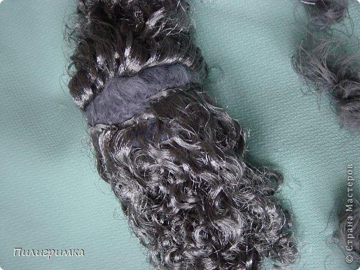 Представляю вашему вниманию МК по изготовлению волос из атласной ленты. Для работы нам понадобятся: 1.Атласная лента (длиной от трех до пяти метров, в зависимости от размера головы куклы и длины ее волос) 2.Линейка 3.Ножницы 4.Палочки для суши 6. Нитки для вязания под цвет атласной ленты 7.Утюг 8.Кастрюля для варки заготовок. Хотя в Интернете есть много МК по изготовлению волос из атласной ленты, я все-таки решила поделиться и своими наработками. Главное в моем МК то, что волосы я пришиваю не к голове, а к шапочке, которую вяжу крючком из ниток близких по цвету к окрасу ленты. Получается паричок, который можно при необходимости заменить на другой. Кроме того, волосы, изготовленные по моему способу, можно укладывать в высокие прически. фото 26