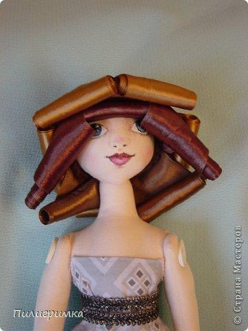 Представляю вашему вниманию МК по изготовлению волос из атласной ленты. Для работы нам понадобятся: 1.Атласная лента (длиной от трех до пяти метров, в зависимости от размера головы куклы и длины ее волос) 2.Линейка 3.Ножницы 4.Палочки для суши 6. Нитки для вязания под цвет атласной ленты 7.Утюг 8.Кастрюля для варки заготовок. Хотя в Интернете есть много МК по изготовлению волос из атласной ленты, я все-таки решила поделиться и своими наработками. Главное в моем МК то, что волосы я пришиваю не к голове, а к шапочке, которую вяжу крючком из ниток близких по цвету к окрасу ленты. Получается паричок, который можно при необходимости заменить на другой. Кроме того, волосы, изготовленные по моему способу, можно укладывать в высокие прически. фото 16