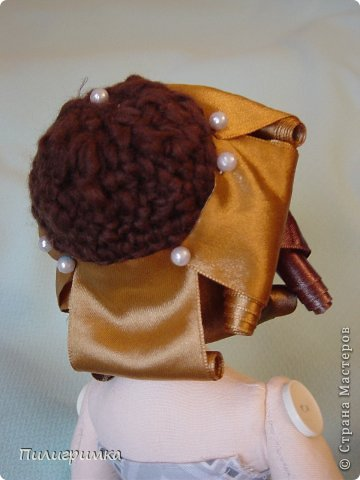 Представляю вашему вниманию МК по изготовлению волос из атласной ленты. Для работы нам понадобятся: 1.Атласная лента (длиной от трех до пяти метров, в зависимости от размера головы куклы и длины ее волос) 2.Линейка 3.Ножницы 4.Палочки для суши 6. Нитки для вязания под цвет атласной ленты 7.Утюг 8.Кастрюля для варки заготовок. Хотя в Интернете есть много МК по изготовлению волос из атласной ленты, я все-таки решила поделиться и своими наработками. Главное в моем МК то, что волосы я пришиваю не к голове, а к шапочке, которую вяжу крючком из ниток близких по цвету к окрасу ленты. Получается паричок, который можно при необходимости заменить на другой. Кроме того, волосы, изготовленные по моему способу, можно укладывать в высокие прически. фото 17
