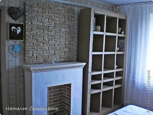 Ну, что тут поделать....люблю я делать в доме перестановку!!!! Но с каждым годом мебель становится всё тяжелее и тяжелее:-)) Да и от дизайна своей мебели под устала....хочется поменять....изменить....отдать....выбросить:-) Поэтому, картонная мебель- это как раз мебель для меня!!!! Вот такой шкаф сделала из картона, в свой уголок творчества, чтоб было всё по полочкам, чтоб в любой момент могла его переставить. Высота шкафа 2.20см., ширина 1.10см., глубина полочек 0.30см., фото 17