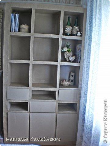 Ну, что тут поделать....люблю я делать в доме перестановку!!!! Но с каждым годом мебель становится всё тяжелее и тяжелее:-)) Да и от дизайна своей мебели под устала....хочется поменять....изменить....отдать....выбросить:-) Поэтому, картонная мебель- это как раз мебель для меня!!!! Вот такой шкаф сделала из картона, в свой уголок творчества, чтоб было всё по полочкам, чтоб в любой момент могла его переставить. Высота шкафа 2.20см., ширина 1.10см., глубина полочек 0.30см., фото 15