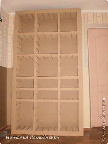 Ну, что тут поделать....люблю я делать в доме перестановку!!!! Но с каждым годом мебель становится всё тяжелее и тяжелее:-)) Да и от дизайна своей мебели под устала....хочется поменять....изменить....отдать....выбросить:-) Поэтому, картонная мебель- это как раз мебель для меня!!!! Вот такой шкаф сделала из картона, в свой уголок творчества, чтоб было всё по полочкам, чтоб в любой момент могла его переставить. Высота шкафа 2.20см., ширина 1.10см., глубина полочек 0.30см., фото 6