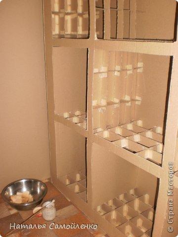 Ну, что тут поделать....люблю я делать в доме перестановку!!!! Но с каждым годом мебель становится всё тяжелее и тяжелее:-)) Да и от дизайна своей мебели под устала....хочется поменять....изменить....отдать....выбросить:-) Поэтому, картонная мебель- это как раз мебель для меня!!!! Вот такой шкаф сделала из картона, в свой уголок творчества, чтоб было всё по полочкам, чтоб в любой момент могла его переставить. Высота шкафа 2.20см., ширина 1.10см., глубина полочек 0.30см., фото 7