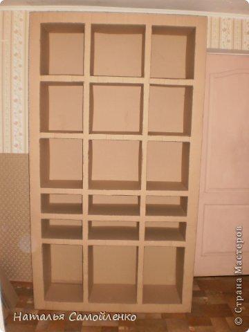 Ну, что тут поделать....люблю я делать в доме перестановку!!!! Но с каждым годом мебель становится всё тяжелее и тяжелее:-)) Да и от дизайна своей мебели под устала....хочется поменять....изменить....отдать....выбросить:-) Поэтому, картонная мебель- это как раз мебель для меня!!!! Вот такой шкаф сделала из картона, в свой уголок творчества, чтоб было всё по полочкам, чтоб в любой момент могла его переставить. Высота шкафа 2.20см., ширина 1.10см., глубина полочек 0.30см., фото 9