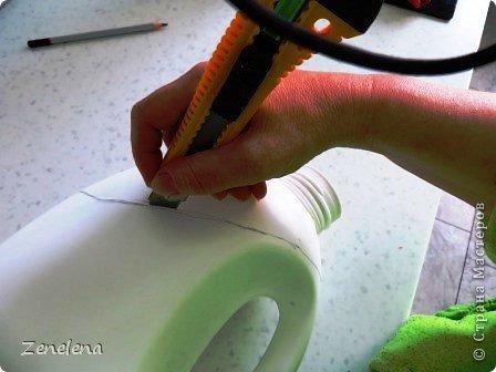 Порядок в своих швейно-вязально-художественных инструментах навели (см. часть 1  - https://stranamasterov.ru/node/789492). Теперь будем наводить порядок в хозяйственном шкафу с более габаритными инструменами (возможно, не своими, а мужниными... Но - у кого как....). На этот раз нам ОЧЕНЬ жалко выбрасывать освободившиеся большие бутылки из-под геля для стирки PERWOLL (неплохое средство, кстати. Мне нравится). Они бывают 3-х видов: для черного, для белого и для цветного белья. Мне особенно нравится бутылка для цветного - слабость питаю ко всем оттенкам бирюзового цвета... ;) Но приступим: фото 7