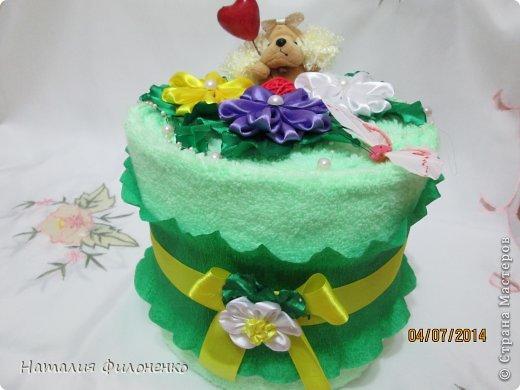 Здравствуй большая СТРАНА!!!! Сделала тортик из полотенец на день рождение маме.  Цветочки тоже делала сама. фото 1