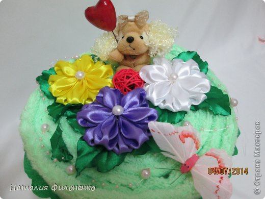 Здравствуй большая СТРАНА!!!! Сделала тортик из полотенец на день рождение маме.  Цветочки тоже делала сама. фото 2