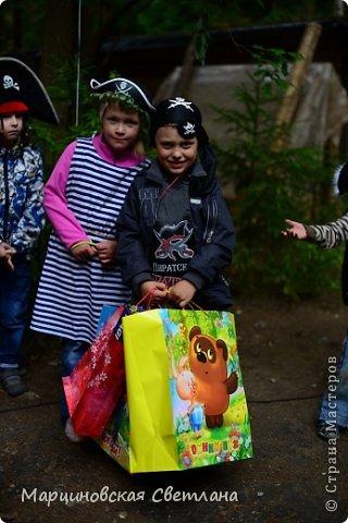 Всем огромный привет!!! Месяц назад - 11 июня моему старшему сыночку Яну исполнилось 5 лет! И,конечно же, мне хотелось провести этот день весело, ярко и запоминающимся, как прошлое 4-летие, которое можно посмотреть здесь http://stranamasterov.ru/node/660679! И я решила, что это будет - Пиратская вечеринка!!! В этот раз на праздник, помимо гостей, я пригласила профессионального фотографа, чтобы все мои старания и я сама осталась на фотографиях! Этим замечательным днём, а также небольшим сценарием и опытом хочу поделится с вами! Буду очень рада если кому-нибудь из вас пригодится!!! Скажу сразу, проштудировав просторы инета, запланировала очень много, но получилось реализовать не всё, так как батут и свежий воздух вызвали у ребят больший интерес! Но я выложу всё самое, на мой взгляд, интересное, а вы выбирайте и реализуйте всё для своих малышей!!! фото 8