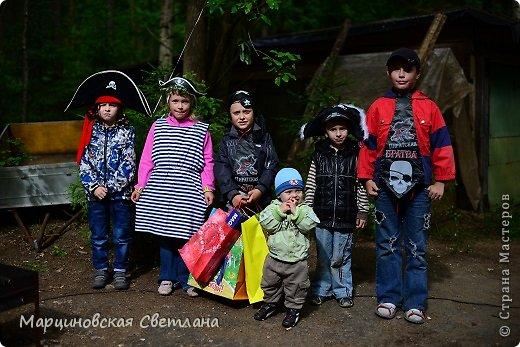 Всем огромный привет!!! Месяц назад - 11 июня моему старшему сыночку Яну исполнилось 5 лет! И,конечно же, мне хотелось провести этот день весело, ярко и запоминающимся, как прошлое 4-летие, которое можно посмотреть здесь http://stranamasterov.ru/node/660679! И я решила, что это будет - Пиратская вечеринка!!! В этот раз на праздник, помимо гостей, я пригласила профессионального фотографа, чтобы все мои старания и я сама осталась на фотографиях! Этим замечательным днём, а также небольшим сценарием и опытом хочу поделится с вами! Буду очень рада если кому-нибудь из вас пригодится!!! Скажу сразу, проштудировав просторы инета, запланировала очень много, но получилось реализовать не всё, так как батут и свежий воздух вызвали у ребят больший интерес! Но я выложу всё самое, на мой взгляд, интересное, а вы выбирайте и реализуйте всё для своих малышей!!! фото 9