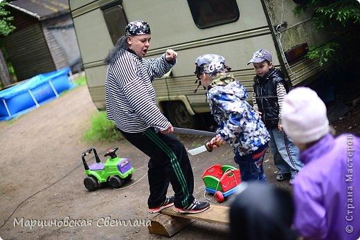 Всем огромный привет!!! Месяц назад - 11 июня моему старшему сыночку Яну исполнилось 5 лет! И,конечно же, мне хотелось провести этот день весело, ярко и запоминающимся, как прошлое 4-летие, которое можно посмотреть здесь http://stranamasterov.ru/node/660679! И я решила, что это будет - Пиратская вечеринка!!! В этот раз на праздник, помимо гостей, я пригласила профессионального фотографа, чтобы все мои старания и я сама осталась на фотографиях! Этим замечательным днём, а также небольшим сценарием и опытом хочу поделится с вами! Буду очень рада если кому-нибудь из вас пригодится!!! Скажу сразу, проштудировав просторы инета, запланировала очень много, но получилось реализовать не всё, так как батут и свежий воздух вызвали у ребят больший интерес! Но я выложу всё самое, на мой взгляд, интересное, а вы выбирайте и реализуйте всё для своих малышей!!! фото 24