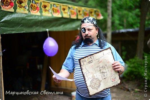 Всем огромный привет!!! Месяц назад - 11 июня моему старшему сыночку Яну исполнилось 5 лет! И,конечно же, мне хотелось провести этот день весело, ярко и запоминающимся, как прошлое 4-летие, которое можно посмотреть здесь http://stranamasterov.ru/node/660679! И я решила, что это будет - Пиратская вечеринка!!! В этот раз на праздник, помимо гостей, я пригласила профессионального фотографа, чтобы все мои старания и я сама осталась на фотографиях! Этим замечательным днём, а также небольшим сценарием и опытом хочу поделится с вами! Буду очень рада если кому-нибудь из вас пригодится!!! Скажу сразу, проштудировав просторы инета, запланировала очень много, но получилось реализовать не всё, так как батут и свежий воздух вызвали у ребят больший интерес! Но я выложу всё самое, на мой взгляд, интересное, а вы выбирайте и реализуйте всё для своих малышей!!! фото 26