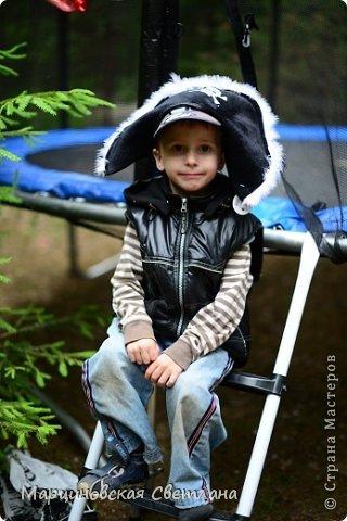 Всем огромный привет!!! Месяц назад - 11 июня моему старшему сыночку Яну исполнилось 5 лет! И,конечно же, мне хотелось провести этот день весело, ярко и запоминающимся, как прошлое 4-летие, которое можно посмотреть здесь http://stranamasterov.ru/node/660679! И я решила, что это будет - Пиратская вечеринка!!! В этот раз на праздник, помимо гостей, я пригласила профессионального фотографа, чтобы все мои старания и я сама осталась на фотографиях! Этим замечательным днём, а также небольшим сценарием и опытом хочу поделится с вами! Буду очень рада если кому-нибудь из вас пригодится!!! Скажу сразу, проштудировав просторы инета, запланировала очень много, но получилось реализовать не всё, так как батут и свежий воздух вызвали у ребят больший интерес! Но я выложу всё самое, на мой взгляд, интересное, а вы выбирайте и реализуйте всё для своих малышей!!! фото 6