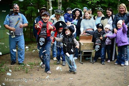 Всем огромный привет!!! Месяц назад - 11 июня моему старшему сыночку Яну исполнилось 5 лет! И,конечно же, мне хотелось провести этот день весело, ярко и запоминающимся, как прошлое 4-летие, которое можно посмотреть здесь http://stranamasterov.ru/node/660679! И я решила, что это будет - Пиратская вечеринка!!! В этот раз на праздник, помимо гостей, я пригласила профессионального фотографа, чтобы все мои старания и я сама осталась на фотографиях! Этим замечательным днём, а также небольшим сценарием и опытом хочу поделится с вами! Буду очень рада если кому-нибудь из вас пригодится!!! Скажу сразу, проштудировав просторы инета, запланировала очень много, но получилось реализовать не всё, так как батут и свежий воздух вызвали у ребят больший интерес! Но я выложу всё самое, на мой взгляд, интересное, а вы выбирайте и реализуйте всё для своих малышей!!! фото 35