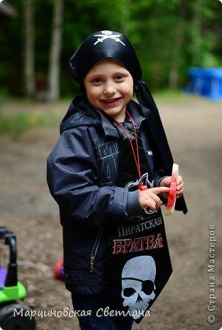 Всем огромный привет!!! Месяц назад - 11 июня моему старшему сыночку Яну исполнилось 5 лет! И,конечно же, мне хотелось провести этот день весело, ярко и запоминающимся, как прошлое 4-летие, которое можно посмотреть здесь http://stranamasterov.ru/node/660679! И я решила, что это будет - Пиратская вечеринка!!! В этот раз на праздник, помимо гостей, я пригласила профессионального фотографа, чтобы все мои старания и я сама осталась на фотографиях! Этим замечательным днём, а также небольшим сценарием и опытом хочу поделится с вами! Буду очень рада если кому-нибудь из вас пригодится!!! Скажу сразу, проштудировав просторы инета, запланировала очень много, но получилось реализовать не всё, так как батут и свежий воздух вызвали у ребят больший интерес! Но я выложу всё самое, на мой взгляд, интересное, а вы выбирайте и реализуйте всё для своих малышей!!! фото 38