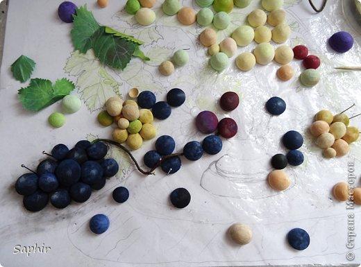 Это вторая моя работа с виноградом. (Первую попытку можно посмотреть здесь: https://stranamasterov.ru/node/243735 .) Виноград молодой, только созревающий, но пчёлки его уже облюбовали. фото 8