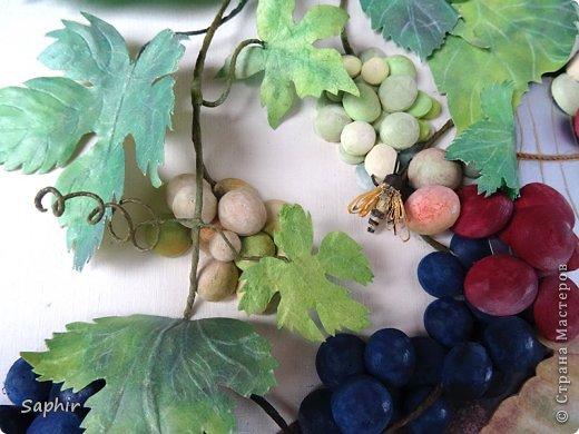 Это вторая моя работа с виноградом. (Первую попытку можно посмотреть здесь: https://stranamasterov.ru/node/243735 .) Виноград молодой, только созревающий, но пчёлки его уже облюбовали. фото 19
