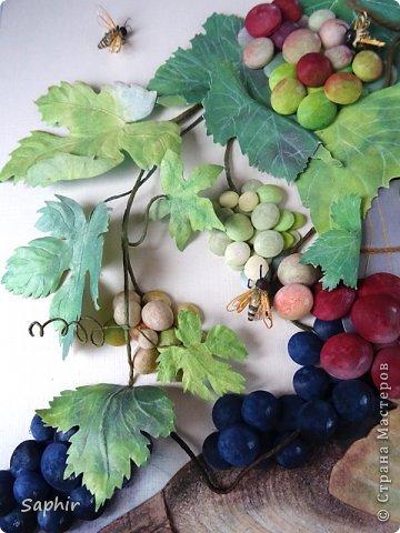 Это вторая моя работа с виноградом. (Первую попытку можно посмотреть здесь: https://stranamasterov.ru/node/243735 .) Виноград молодой, только созревающий, но пчёлки его уже облюбовали. фото 22