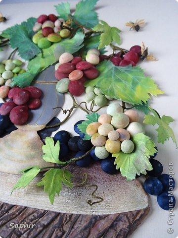 Это вторая моя работа с виноградом. (Первую попытку можно посмотреть здесь: https://stranamasterov.ru/node/243735 .) Виноград молодой, только созревающий, но пчёлки его уже облюбовали. фото 23