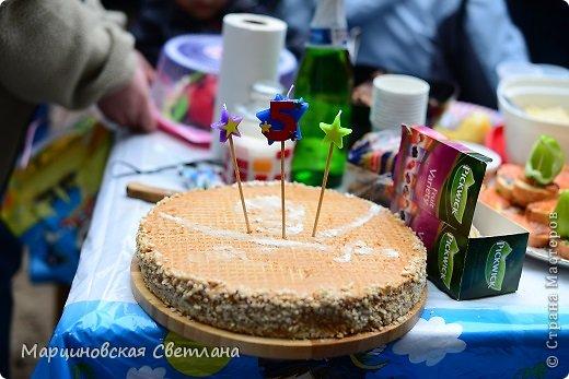 Всем огромный привет!!! Месяц назад - 11 июня моему старшему сыночку Яну исполнилось 5 лет! И,конечно же, мне хотелось провести этот день весело, ярко и запоминающимся, как прошлое 4-летие, которое можно посмотреть здесь http://stranamasterov.ru/node/660679! И я решила, что это будет - Пиратская вечеринка!!! В этот раз на праздник, помимо гостей, я пригласила профессионального фотографа, чтобы все мои старания и я сама осталась на фотографиях! Этим замечательным днём, а также небольшим сценарием и опытом хочу поделится с вами! Буду очень рада если кому-нибудь из вас пригодится!!! Скажу сразу, проштудировав просторы инета, запланировала очень много, но получилось реализовать не всё, так как батут и свежий воздух вызвали у ребят больший интерес! Но я выложу всё самое, на мой взгляд, интересное, а вы выбирайте и реализуйте всё для своих малышей!!! фото 40