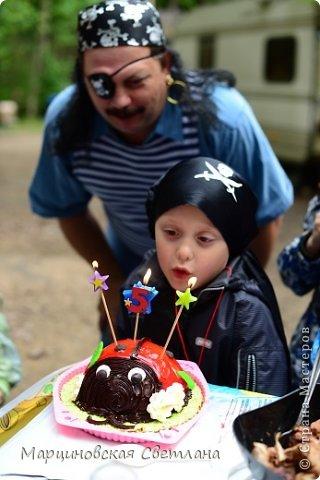 Всем огромный привет!!! Месяц назад - 11 июня моему старшему сыночку Яну исполнилось 5 лет! И,конечно же, мне хотелось провести этот день весело, ярко и запоминающимся, как прошлое 4-летие, которое можно посмотреть здесь http://stranamasterov.ru/node/660679! И я решила, что это будет - Пиратская вечеринка!!! В этот раз на праздник, помимо гостей, я пригласила профессионального фотографа, чтобы все мои старания и я сама осталась на фотографиях! Этим замечательным днём, а также небольшим сценарием и опытом хочу поделится с вами! Буду очень рада если кому-нибудь из вас пригодится!!! Скажу сразу, проштудировав просторы инета, запланировала очень много, но получилось реализовать не всё, так как батут и свежий воздух вызвали у ребят больший интерес! Но я выложу всё самое, на мой взгляд, интересное, а вы выбирайте и реализуйте всё для своих малышей!!! фото 42