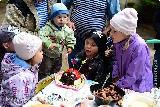 Всем огромный привет!!! Месяц назад - 11 июня моему старшему сыночку Яну исполнилось 5 лет! И,конечно же, мне хотелось провести этот день весело, ярко и запоминающимся, как прошлое 4-летие, которое можно посмотреть здесь http://stranamasterov.ru/node/660679! И я решила, что это будет - Пиратская вечеринка!!! В этот раз на праздник, помимо гостей, я пригласила профессионального фотографа, чтобы все мои старания и я сама осталась на фотографиях! Этим замечательным днём, а также небольшим сценарием и опытом хочу поделится с вами! Буду очень рада если кому-нибудь из вас пригодится!!! Скажу сразу, проштудировав просторы инета, запланировала очень много, но получилось реализовать не всё, так как батут и свежий воздух вызвали у ребят больший интерес! Но я выложу всё самое, на мой взгляд, интересное, а вы выбирайте и реализуйте всё для своих малышей!!! фото 43