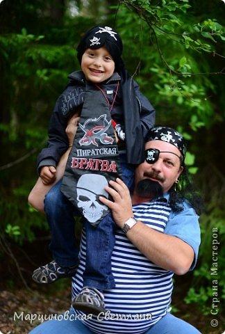 Всем огромный привет!!! Месяц назад - 11 июня моему старшему сыночку Яну исполнилось 5 лет! И,конечно же, мне хотелось провести этот день весело, ярко и запоминающимся, как прошлое 4-летие, которое можно посмотреть здесь http://stranamasterov.ru/node/660679! И я решила, что это будет - Пиратская вечеринка!!! В этот раз на праздник, помимо гостей, я пригласила профессионального фотографа, чтобы все мои старания и я сама осталась на фотографиях! Этим замечательным днём, а также небольшим сценарием и опытом хочу поделится с вами! Буду очень рада если кому-нибудь из вас пригодится!!! Скажу сразу, проштудировав просторы инета, запланировала очень много, но получилось реализовать не всё, так как батут и свежий воздух вызвали у ребят больший интерес! Но я выложу всё самое, на мой взгляд, интересное, а вы выбирайте и реализуйте всё для своих малышей!!! фото 49