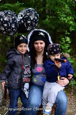 Всем огромный привет!!! Месяц назад - 11 июня моему старшему сыночку Яну исполнилось 5 лет! И,конечно же, мне хотелось провести этот день весело, ярко и запоминающимся, как прошлое 4-летие, которое можно посмотреть здесь http://stranamasterov.ru/node/660679! И я решила, что это будет - Пиратская вечеринка!!! В этот раз на праздник, помимо гостей, я пригласила профессионального фотографа, чтобы все мои старания и я сама осталась на фотографиях! Этим замечательным днём, а также небольшим сценарием и опытом хочу поделится с вами! Буду очень рада если кому-нибудь из вас пригодится!!! Скажу сразу, проштудировав просторы инета, запланировала очень много, но получилось реализовать не всё, так как батут и свежий воздух вызвали у ребят больший интерес! Но я выложу всё самое, на мой взгляд, интересное, а вы выбирайте и реализуйте всё для своих малышей!!! фото 47