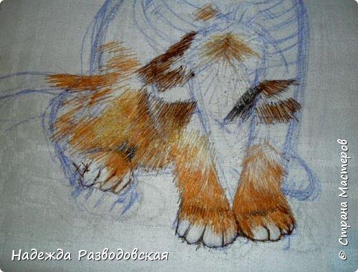 В данном мастер-классе по просьбам любителей вышивки я решила показать наглядно, как я вышиваю гладью синтетическими нитками - на примере кота Рыжика. Р.S.Дополнено 14.05.2015г. Обнаружила свой мастер класс по вышивке гладью кота Рыжика на сайте http://svoimi-rukami-club.ru/мастер-класс-по-вышивке-гладью-рыжего-кота/ с заретушированными и вырезанными логотипами сайта Страны Мастеров и своего ника без моего разрешения и без указания ссылки на сайт Страны Мастеров. Советую мастерам заглянуть на этот сайт и проверить, нет ли там ваших работ и мастер-классов, с которыми поступили точно также, как с моим МК по вышивке гладью кота Рыжика. фото 20