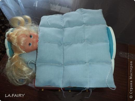 """В моём кукольном домике начался период """"обживания-обшивания"""". Первым делом встал вопрос о """"приобретении"""" (или скорее - придумывании) постельных принадлежностей для кроватей (двуспальной, двухъярусной, колыбели и других): из каких материалов (но чтобы они обязательно были прочные, по возможности немаркие, приятные на ощупь) и какой цветовой гаммы тканей. Потом я сразу решила, что в моём кукольном домике просто необходимо иметь комплекты постельного белья для каждой кровати (и желательно по два). Причем постельное бельё надо сшить такое, чтобы дочка могла свободно снимать его сама, а я - стирать по мере необходимости. Итак, кукольная спальня. Двуспальная кровать кукольных родителей пока выглядит так. фото 20"""