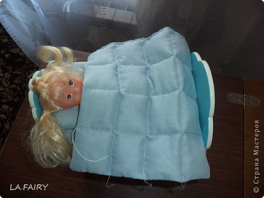 """В моём кукольном домике начался период """"обживания-обшивания"""". Первым делом встал вопрос о """"приобретении"""" (или скорее - придумывании) постельных принадлежностей для кроватей (двуспальной, двухъярусной, колыбели и других): из каких материалов (но чтобы они обязательно были прочные, по возможности немаркие, приятные на ощупь) и какой цветовой гаммы тканей. Потом я сразу решила, что в моём кукольном домике просто необходимо иметь комплекты постельного белья для каждой кровати (и желательно по два). Причем постельное бельё надо сшить такое, чтобы дочка могла свободно снимать его сама, а я - стирать по мере необходимости. Итак, кукольная спальня. Двуспальная кровать кукольных родителей пока выглядит так. фото 19"""