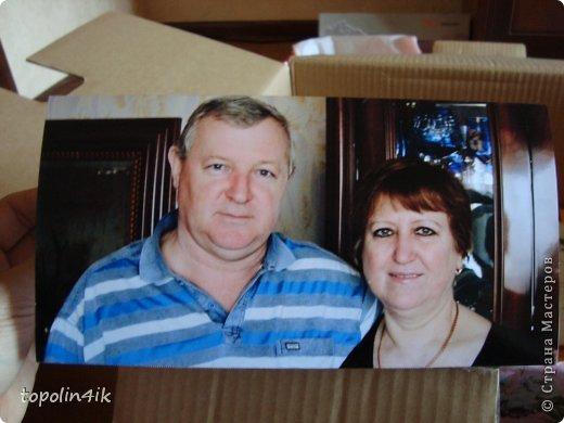 Начну с того, что у моей свекрови намечался праздник - юбилей 55 лет. Купили мы с мужем ей подарок - фотоаппарат, но так как это юбилей, захотелось что-нибудь особенное и я побрела по всемирной сети в поисках чего-нибудь необычного. И вот на одном из сайтов я наткнулась на то, что кто-то подарил 65 подарков в коробке на 65 лет, цитирую БОльшую коробку, в которой запаковано 65 маленьких подарков. С пожеланиями и подписями, для чего и почему, например: 1. Фоторамка - для фото любимых внуков 2. Подставка для колец - пусть она заполнится как можно быстрее 3. Бутылка вина - распить на следующем юбилее 4. Упаковка капроновых колготок - мужики разинут рты, еслиих наденешь ты :gy: 5. Копилка - для лишних денег И т.п. Мы так одной женщине на 65 дарили, сказала, что у неё был незабываемый вечер, сидели с мужем разворачивали каждый подарок, читали записки к ним и были очень счастливы фото 10
