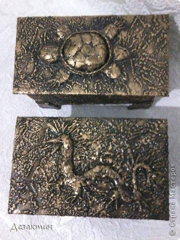 Коробочки из- под чая. Уплотнила картоном, обклеила обоями  сделала верхний рисунок, покрасила.  фото 4
