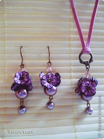 Сиренево-фиолетово-розовый комплект. Серьги и подвеска на розовом замшевом шнуре. Фурнитура  медь. фото 1