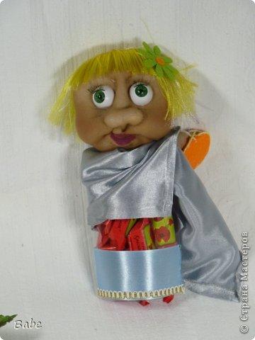 """Здравствуйте, Мастера и Мастерицы! Хочу поделиться своей работой. У меня подружка парикмахер, хотелось удивить ее подарком на день рождения, вроде получилось))) Профессия именинницы подсказала идею: решила попробовать сделать капроновую куклу. Делала первый раз, поэтому конечно есть огрехи. Долго думала из чего сделать волосы...но шиньона под рукой не оказалось... все делала на бурном энтузиазме и (как обычно) по-быстрому (пока малой спал), поэтому в магазин идти не хотелось. Подсмотрела, что можно распускать атласные ленты и использовать в качестве волос. Так и сделала...Зеркало перед Марфушей - шоколадка, плитка на полу - вафли """"Аленка"""" в гофробумаге. Ножницы из проволоки, обмотанной металлизированной гофробумагой. Да, тельце куклы - пластиковая коробка, в которой конфеты (дальше на фото будет видно). Может деталей маловато, даже не знаю... фото 6"""