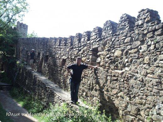 Крепость Ананури находится в 60 километрах севернее Тбилиси, в 20 метрах от главной дороги. Ее мы посетили, возвращаясь в Тбилиси из Гергети. Был конец дня и солнышко все красиво золотило.
