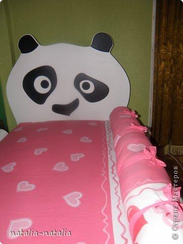 Чтобы ребенок не упал с кровати во сне, предлагаю сшить мягкий бортик. Магазинные бортики к нашей кровати не подошли. Также сшила подушку Поцелуйчик. Дочке моей все очень понравилось, а самое главное с кровати она теперь не падает. фото 5