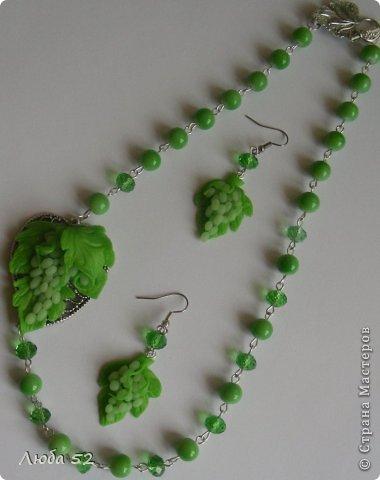 Колье и серьги с зеленым виноградом. Выполнено из запекаемой полимерной глины. с добавлением керамических хрустальных бусин. фото 2