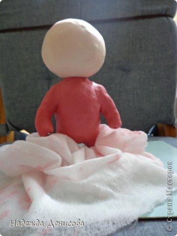 Сегодня у моей 46 летней сестры родился первый внук. Решила порадовать молодую бабушку смешным малышом.                                                     Для изготовления нам понадобится: полимерная глина, проволока, фольга, нож, плоскогубцы, вода и салфетка из ткани. фото 18